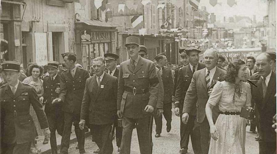 Le général de Gaulle marchant dans Bressuire