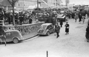 Place de la Libération, années 1950. Archives Municipales Bressuire, Série Fi
